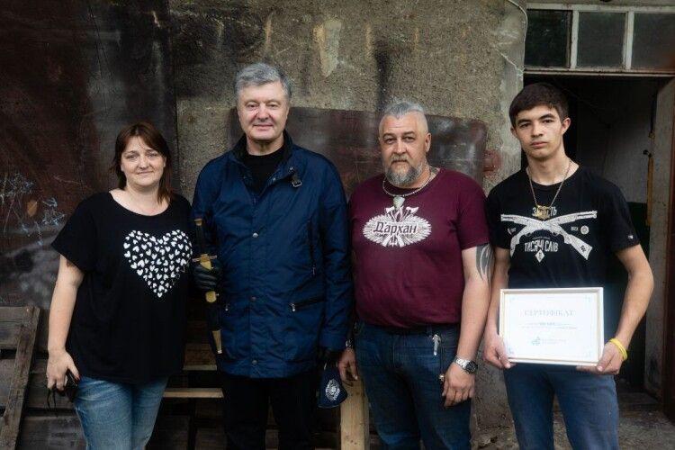 П'ятий Президент Петро Порошенко передав 100 тисяч гривень на відбудову родинної кузні батька військового моряка Андрія Ейдера, зруйнованої паводком (Фото)