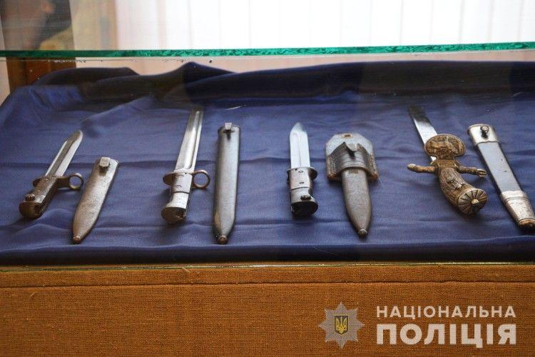 Волинська поліція передала краєзнавчому музею вилучену в контрабандиста холодну зброю (фото)