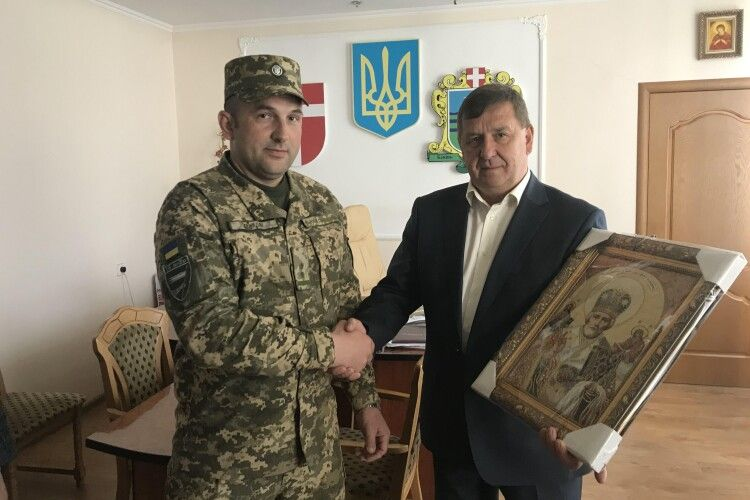 У подарунок доброчинцям – годинники з логотипом  військового підрозділу