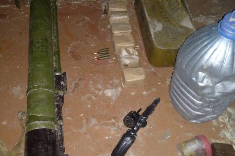 Правоохоронці Рівненщини виявили несподівані запаси на горищі занедбаного будинку (Фото)