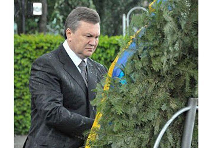 Вінок, який ударив Януковича, продали за42000гривень