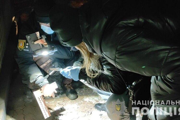 Пробиті легені і перерізане горло: вночі перехожі знайшли вбитого чоловіка (Фото)