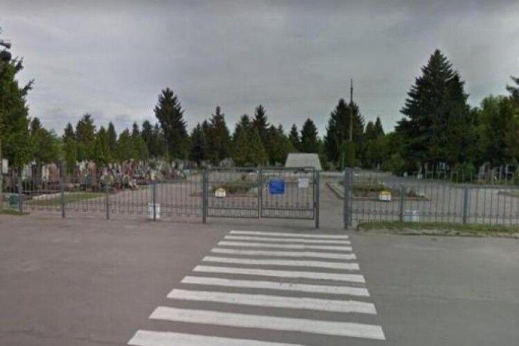 У Рівному 70-річна жінка застрягла в паркані, намагаючись потрапити на закрите через карантин кладовище