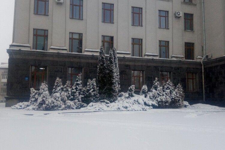 Луцьк замітає снігом: дороги і тротуари нечищені. Мер позбавив відповідальних осіб премії (Фото)