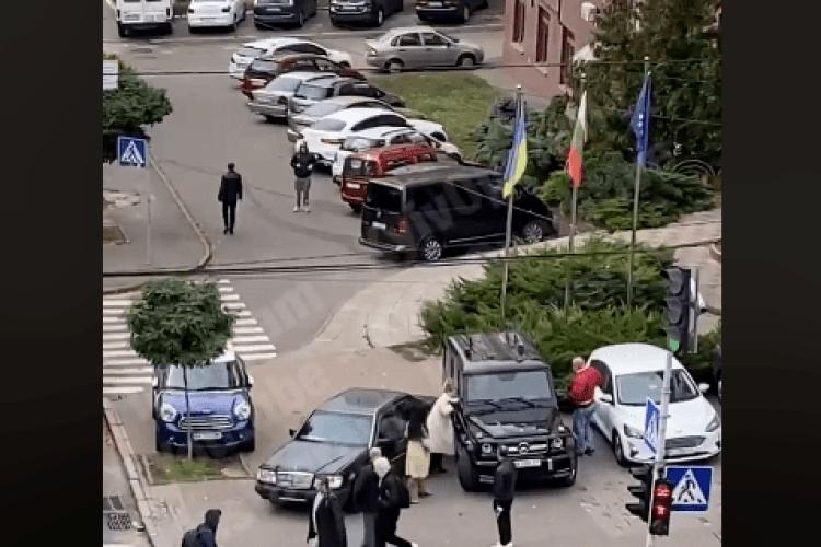 У Києві після ДТП почубилися водій та водійка двох «Мерседесів» (Відео)