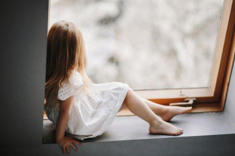 9-річна дівчинка намагалася вистрибнути з балкона, щоб знайти маму (Відео)