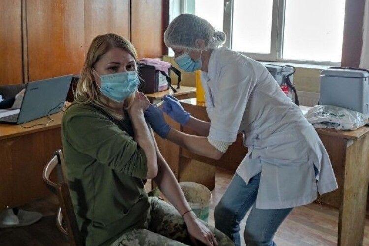 У Луцьку від коронавірусу вакцинують льотчиків (Фото)