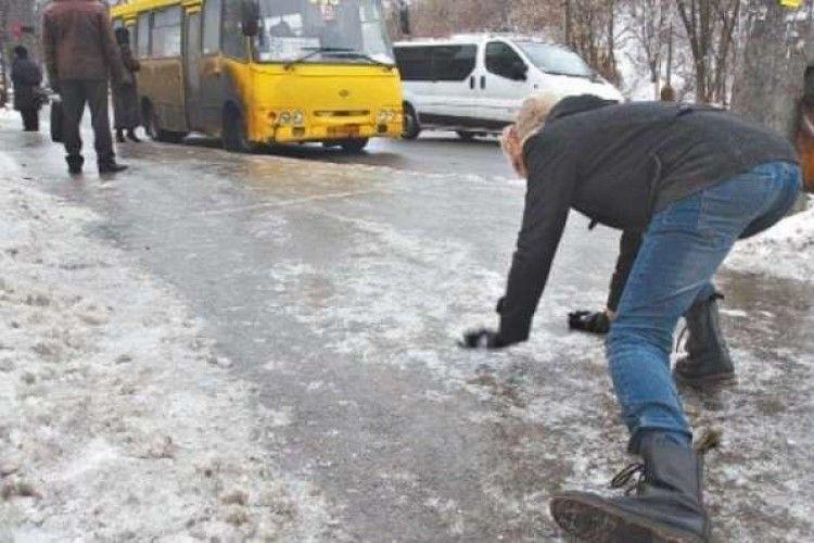 У Луцьку через слизькі вулиці у вихідні травмувалися 60 людей