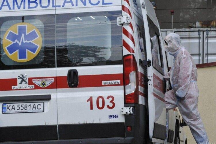 У Києві алконавт відлупцював медсестру та зламав ногу фельдшерці, обидві приїхали до нього на виклик
