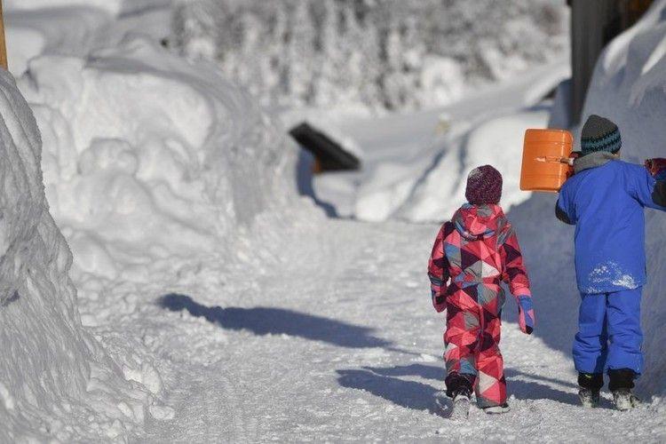 Європу засипає снігом. В деяких районах життя паралізоване (фото)
