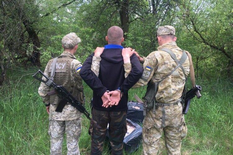 Волинські прикордонники три пакунки з сигаретами знайшли в кущах (Фото)