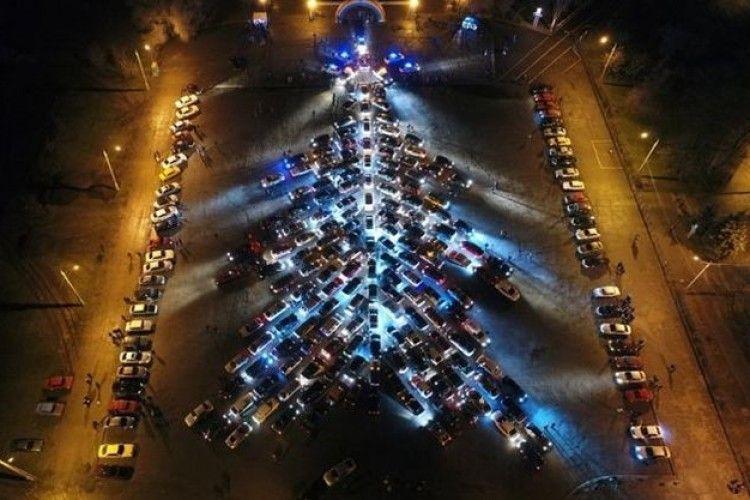 У Запоріжжі склали ялинку з 270 машин