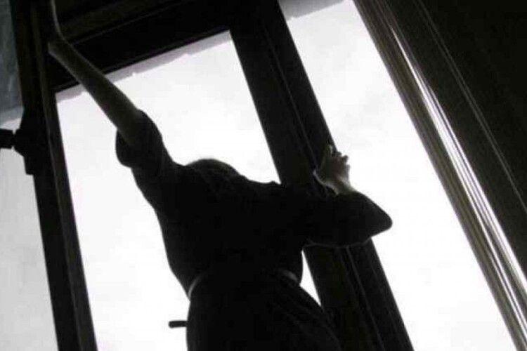 У Луцьку з вікна багатоповерхівки випала жінка