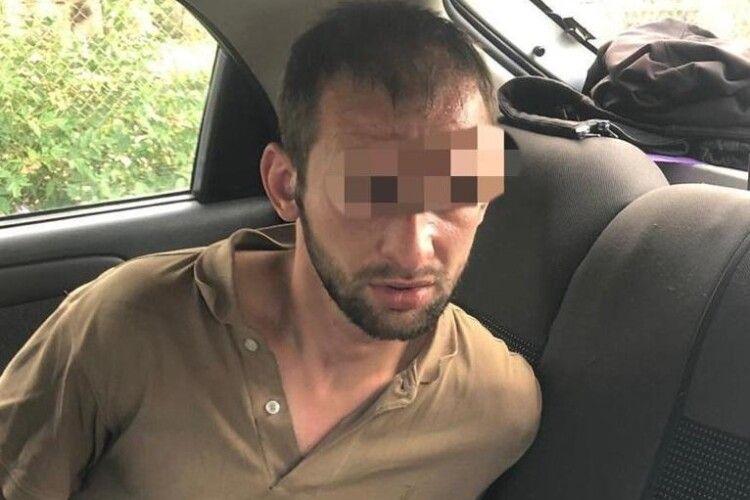 28-річний чоловік зарізав рідну сестру, двох квартирантів, а також намагався зарізати рідну матір