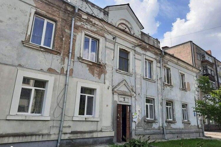 Лучанка з «кришталевоюхворобою» просить міськраду оновити будинок на Ковельській