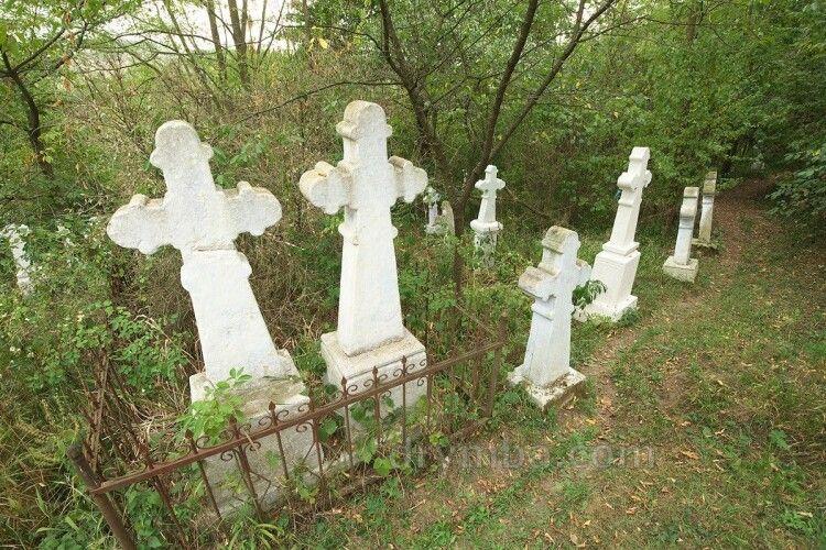 Волинянин познущався над могилами: йому повідомили про підозру