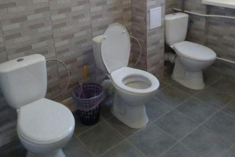 У шкільному туалеті, відремонтованому майже за 2 мільйони гривень, нема перегородок