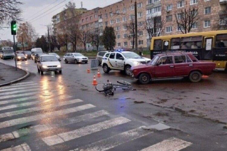 Відомо про стан велосипедиста, якого зранку збив автомобіль у Луцьку