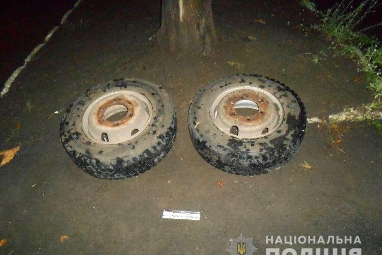 У Рівному 54-річна сторожиха допомогла затримати двох дебелих колесокрадів (Фото)