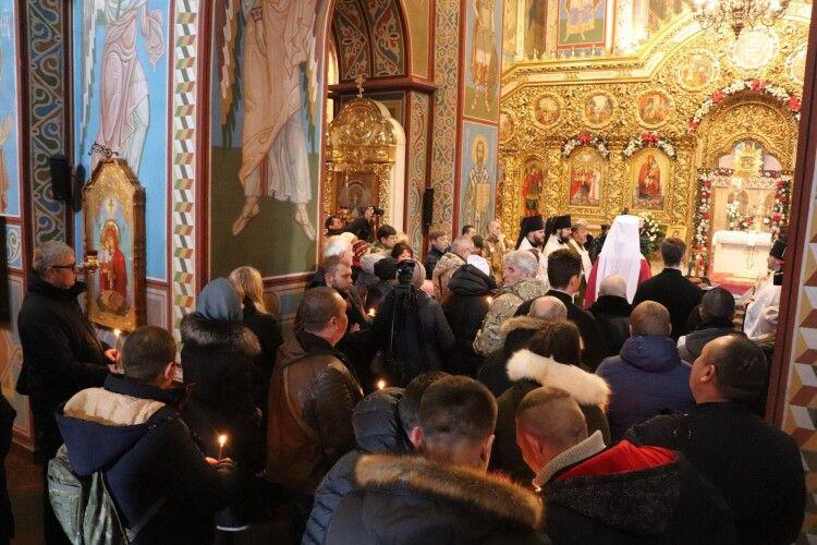 У Луцьку на відкриття церкви прийшло сотні людей без масок