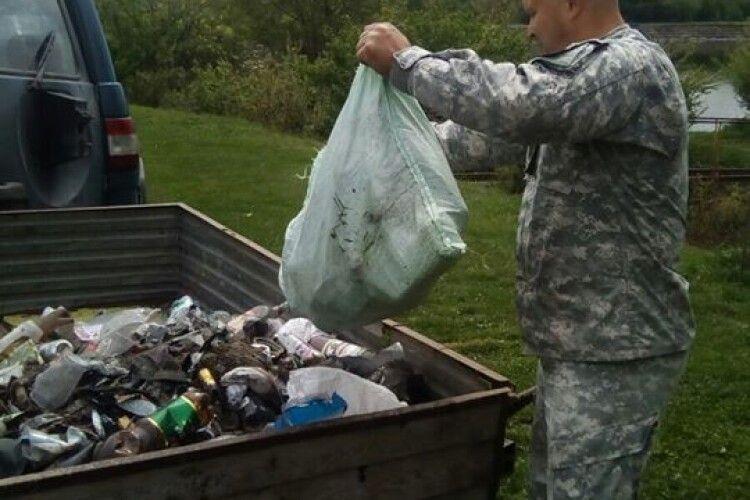 На березі Нововолинського водосховища зібрали 15 мішків сміття (Фото)