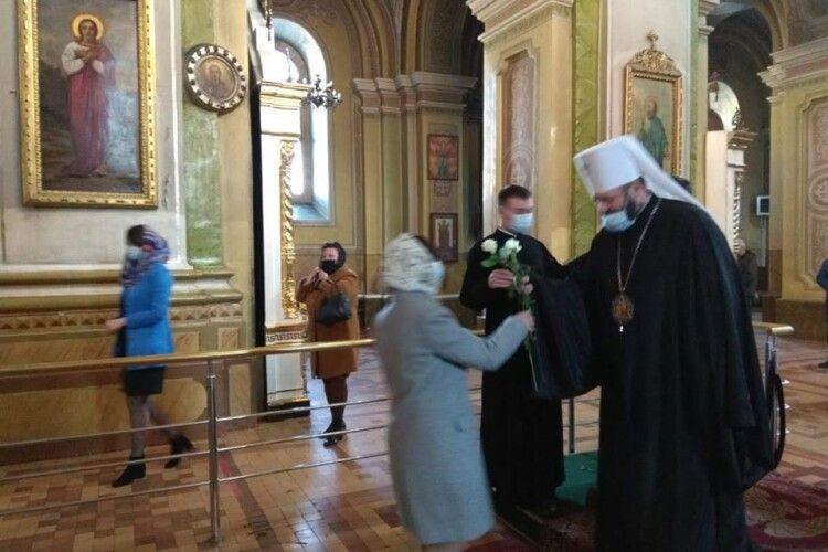 Митрополит Луцький і Волинський Михаїл подарував по троянді усім прихожанкам, які на Благовіщення прийшли на службу до кафедрального собору Святої Трійці