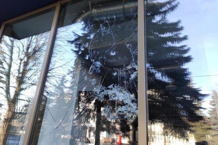 У Рівному невідомі скоїли напад на офіс партії «Європейська солідарність»