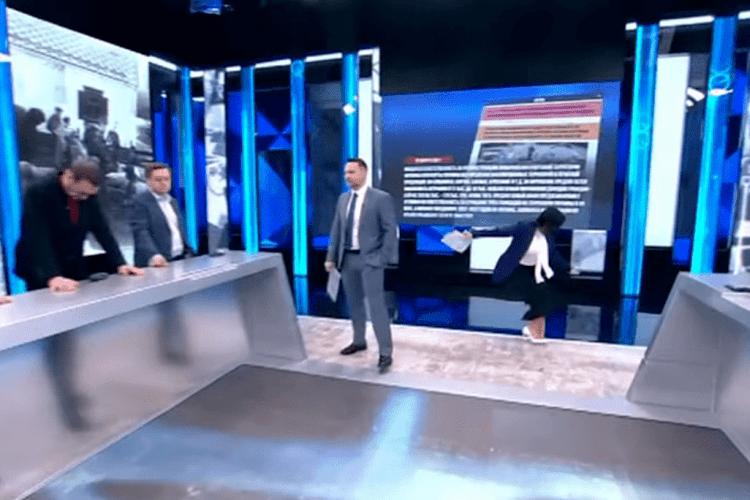 Кремлівська пропагандистка, репетуючи в прямому етері про «ісконно руццкій Крим», гепнулася на підлогу й зламала руку (Відео)