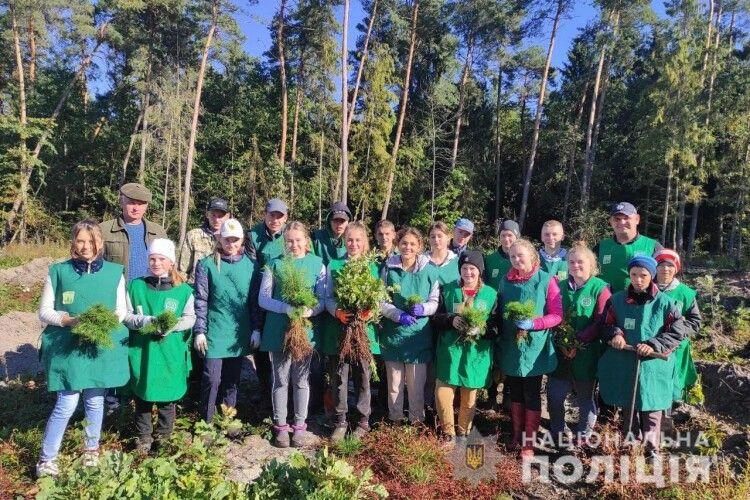 На Волині школярі з поліцейським садили ліс