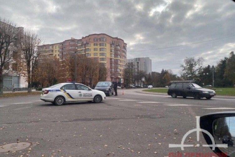 У Луцьку на кільці зіткнулись Lexus та Dodge (Фото)