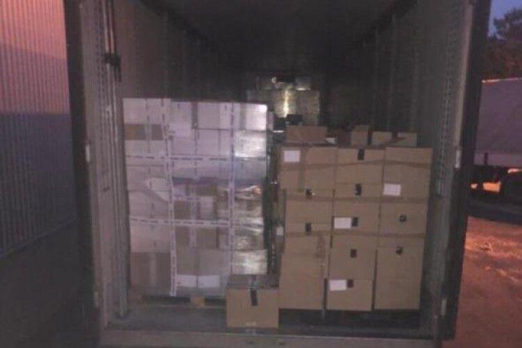 На українсько-польському кордоні виявили контрабандний одяг на суму майже 800 тисяч гривень (Фото)