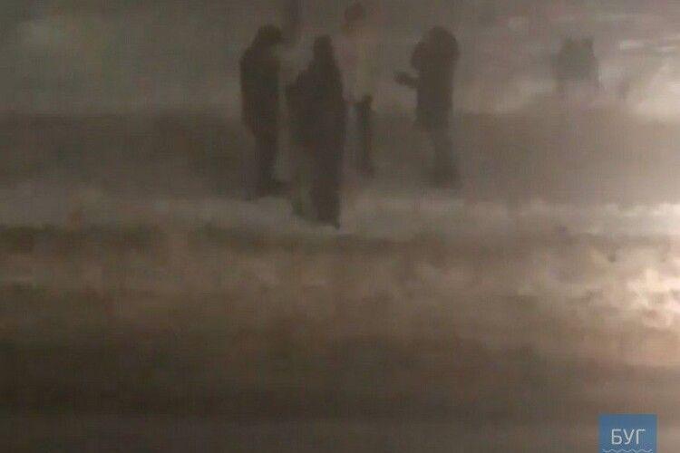На Волині вночі група молодиків руйнувала дорожній знак