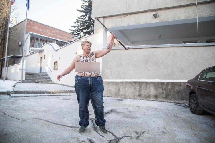 Активістка «Femen» переплутала Чехію зі Словаччиною й показала цицьки «не під тим» посольством