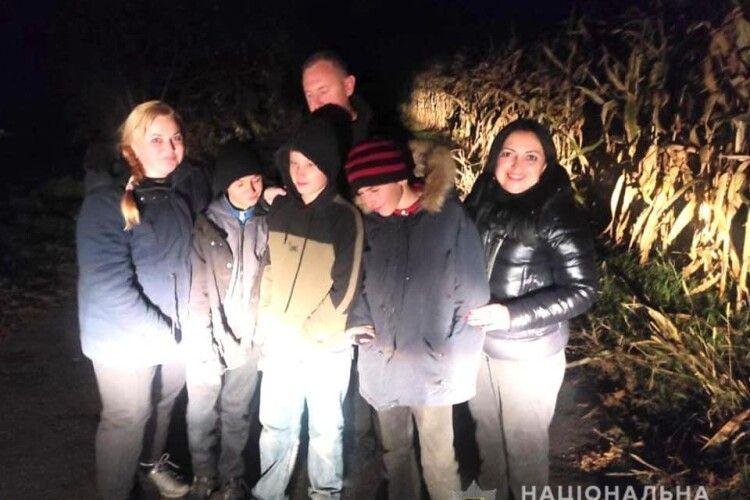 Все спланували і намалювали в зошиті: троє хлопчаків втекли зі школи і цілу ніч блукали... в кукурудзяному полі