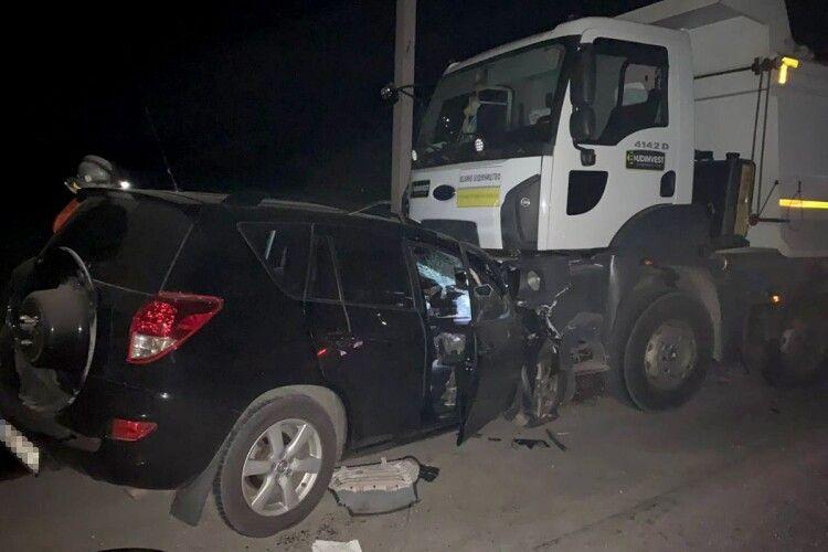 Лобове зіткнення «Toyota RAV4» з вантажним самоскидом: четверо загиблих
