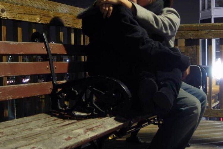 Пара займалася сексом просто посеред вулиці й потрапила на камеру (Фото 18+)