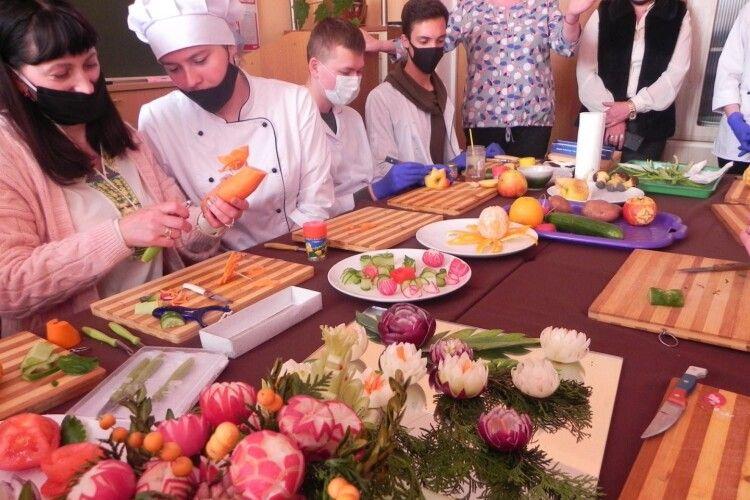 Цибулю, яблука, моркву, редиску у громаді на Волині перетворювали у екзотичні квіти (Фото)