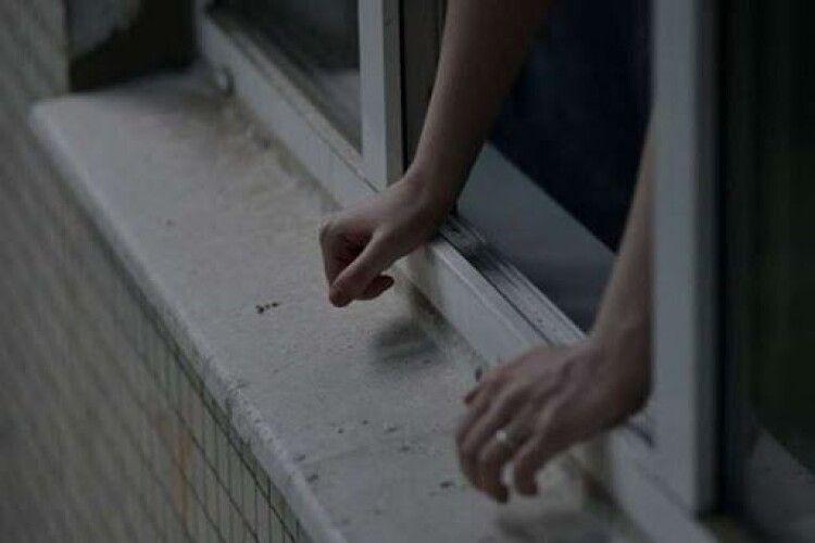 Син намагався вистрибнути з балкона на очах у матері