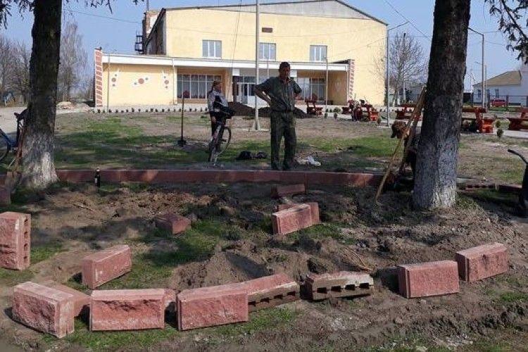 У Смідині громадські активісти прибрали своє село