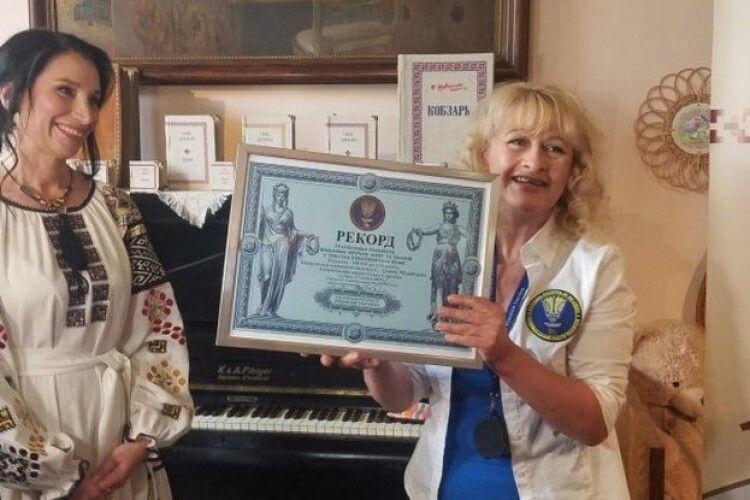 Вишила вручну понад пів мільйона літер: рівнянка встановила рекорд України