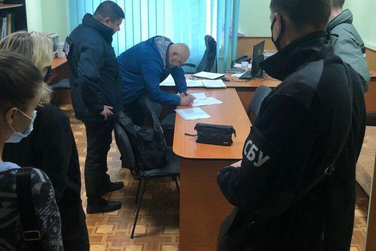На Волинській та Рівненській митницях ДБР викрили корупційні схеми розмитнення вантажівок на мільйони гривень