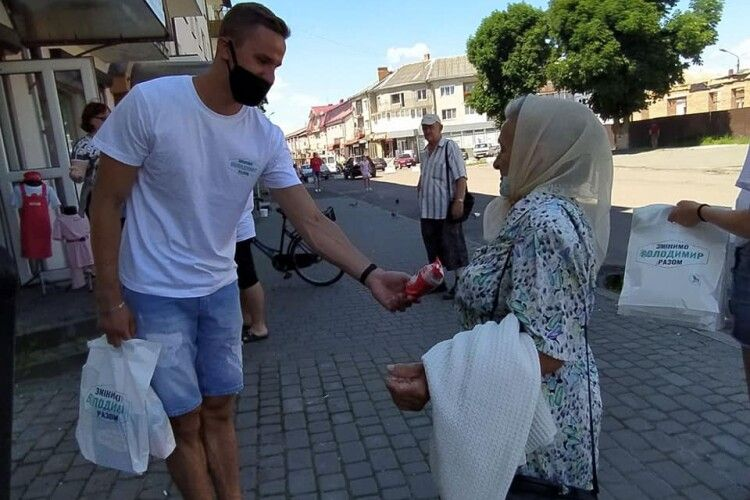 Володимирчанам видавали подарунки... за усмішку (Фото. Відео)