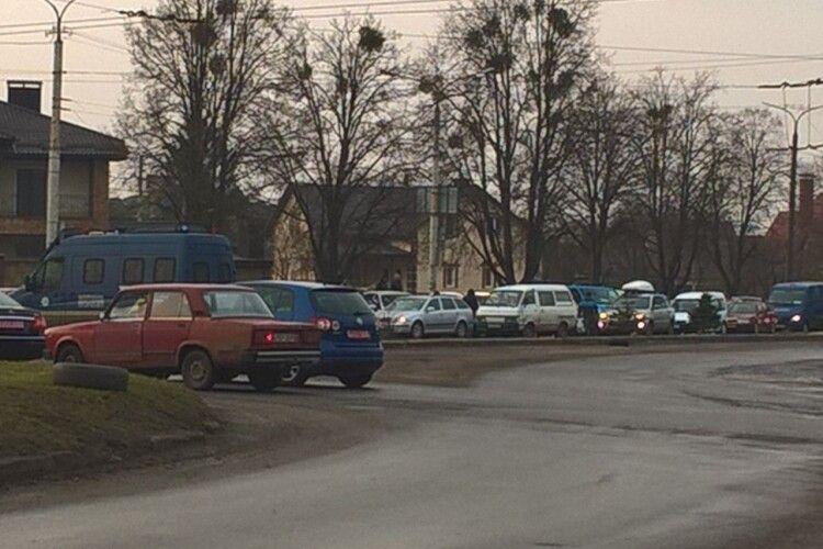 Зупинився транспорт: лучани кілька кілометрів пішки йдуть до роботи через величезний затор (Фото)