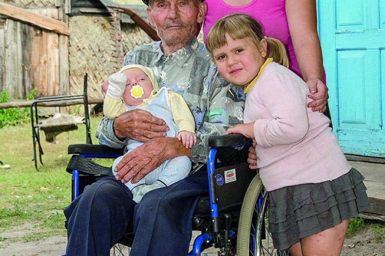 Інвалідний візок зв'язковому УПА подарував священик