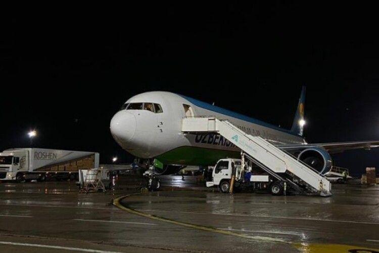 Літак із другою партією захисних медичних костюмів від Порошенка приземлився в Борисполі