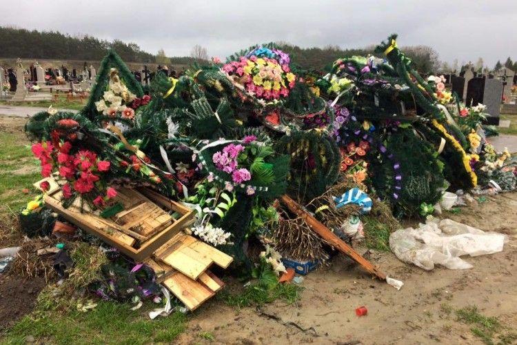 Волинський священик закликав вірян нести на могили близьких тільки живі квіти