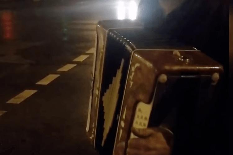 У Києві патрульні злапали п'яного водія «Жигулів» без посвідчення: після складання двох адмінпротоколів дядько зіграв копам на баяні (Відео)