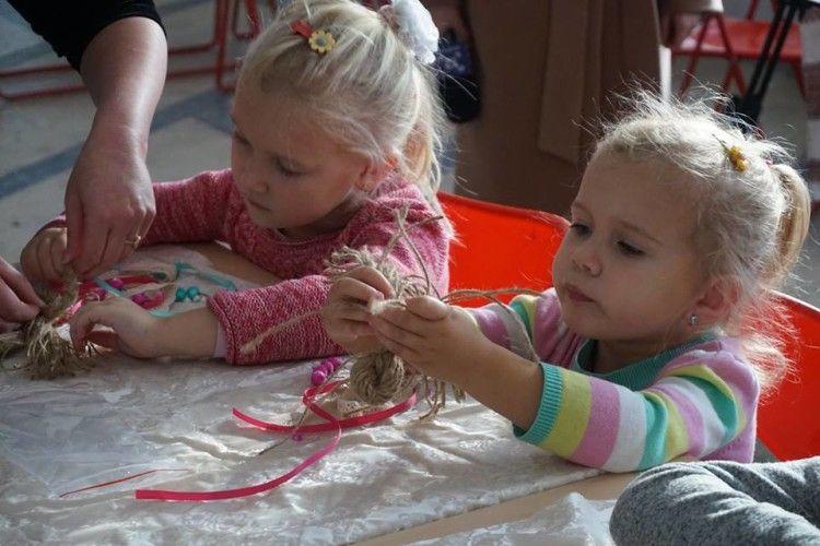 У Луцьку відбувся благодійний майстер-клас «Янголятко для Мар'янки»