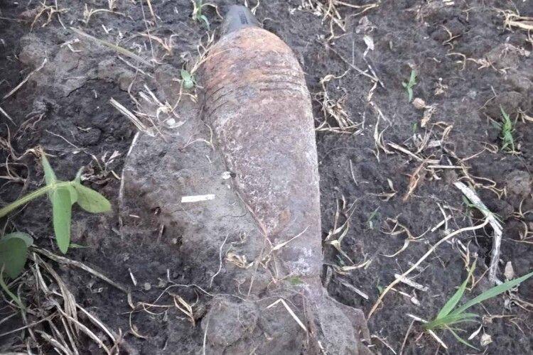 «Думала, що то пляшка»: на Горохівщині бабуся знайшла на городі величезний снаряд