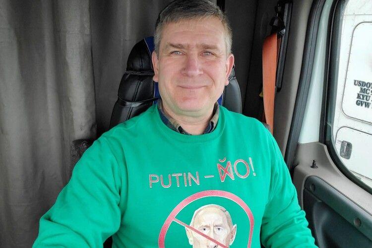 Далекобійник із Донецька співає сатиричні пісні про Путіна і викладає їх у  YouTube